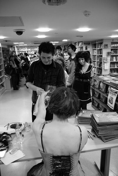 [Amanda Palmer meets fans at FP  ]