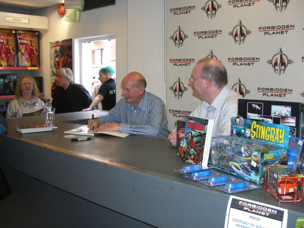 [Gerry Anderson meets fans at FP ]