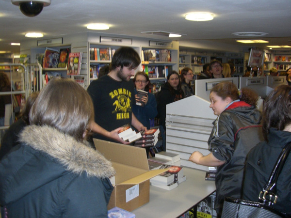 [Fans queue at Forbidden Planet to meet Kelley Armstrong ]