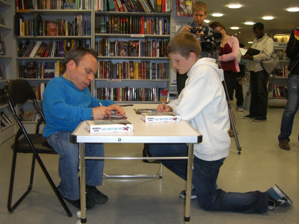 [Warwick Davis meets fans at Forbidden Planet]