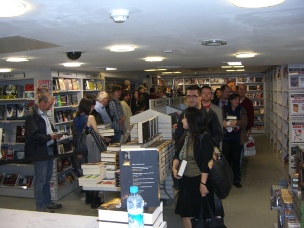 [Fans queue at Forbidden Planet to meet Iain Banks ]