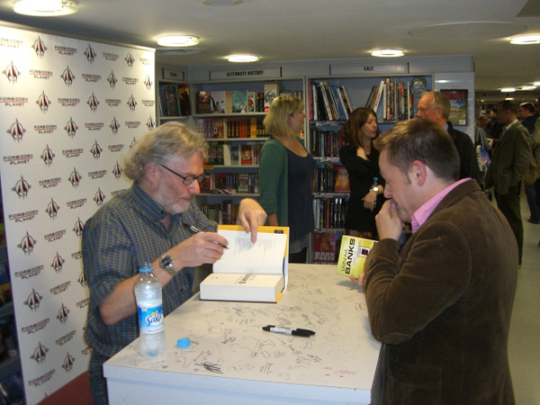 [Iain Banks meeting fans at FP ]