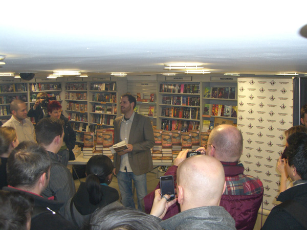 [Joe Abercrombie reading from The Heroes at the Forbidden Planet Megastore]