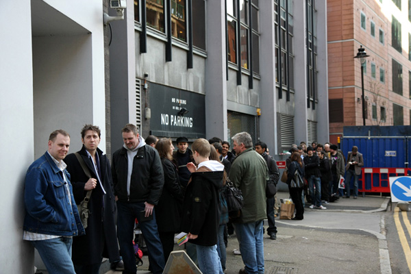 [Fans queue to meet Jonathan Ross & Tommy Lee Edwards      ]
